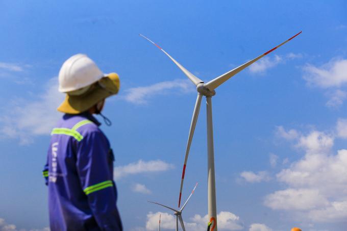 Công nhân trên công trường dự án điện gió tại tỉnh Bình Thuận. Ảnh: Quỳnh Trần