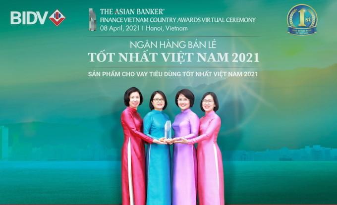 Đại diện BIDV nhận giải thưởng Ngân hàng bán lẻ tốt nhất Việt Nam 2021. Ảnh: BIDV.