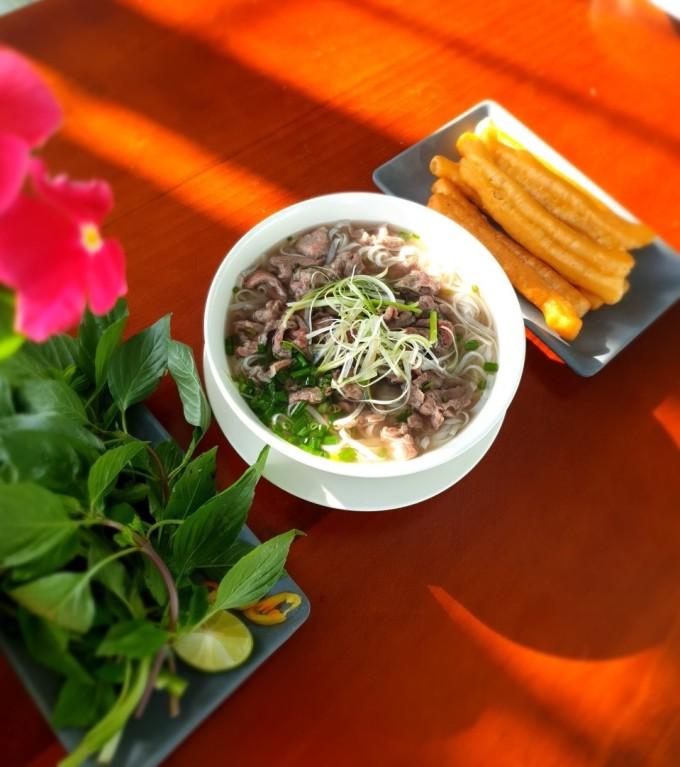 Tô phở Phú Ông có hương vị chuẩn Bắc với mùi vị thơm ngon, thanh khiết.