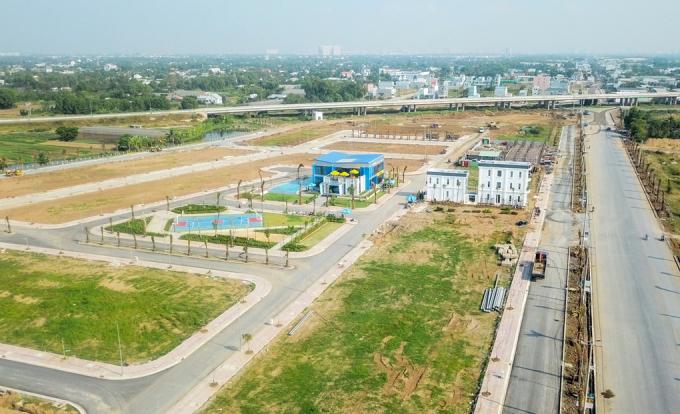 Một dự án bất động sản liền thổ chào bán đất nền và nhà phố tại Long An. Ảnh: Trung Tín.