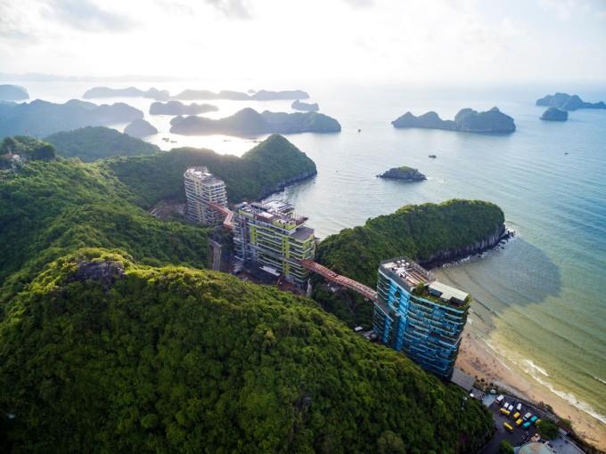 Flamingo Cat Ba Resorts nằm bên vịnh Lan Hạ - nơi có bốn mùa rừng ca, biển hát.