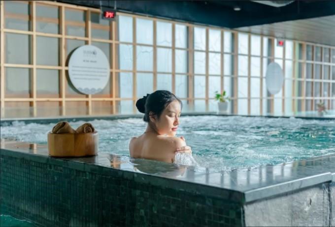 Thư giãn bằng nước và đá tại khu tắm khoáng Onsen Nhật Bản... là một trong những trải nghiệm thú vị tại Flamingo Cat Ba Resorts.