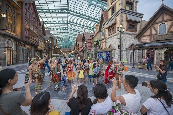 Du khách tham gia một lễ hội đường phố tại Phú Quốc.