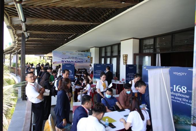 Đông đảo khách hàng tìm hiểu tìm hiểu thông tin dự án. Ảnh: KDI Holdings.