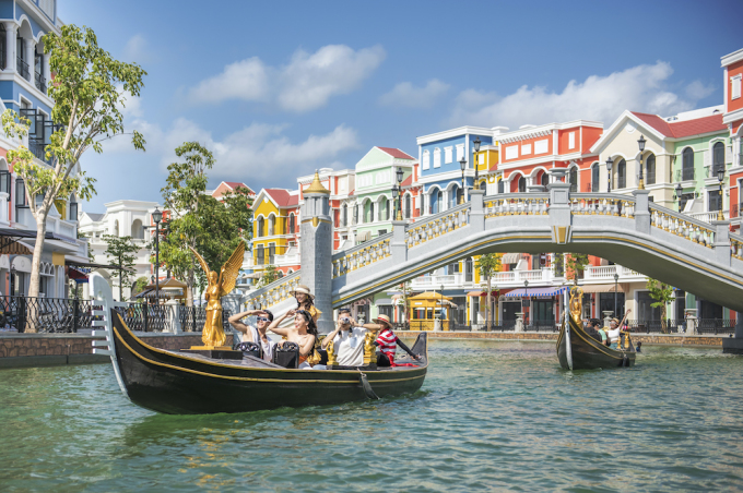 Boat trips along the Venice stream take visitors through semicircular arches to Central Lake.  Tourists visiting Phu Quoc United Center will enjoy melodious Italian love songs from the voices of the Gondola boatmen.