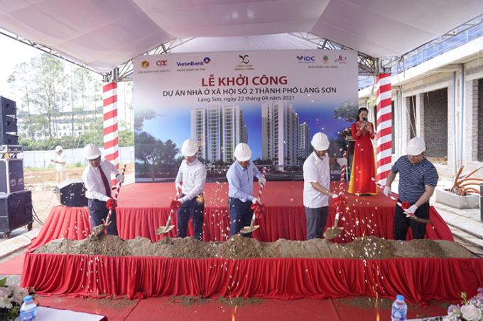Đại diện chủ đầu tư và khách mời tại lễ khởi công.