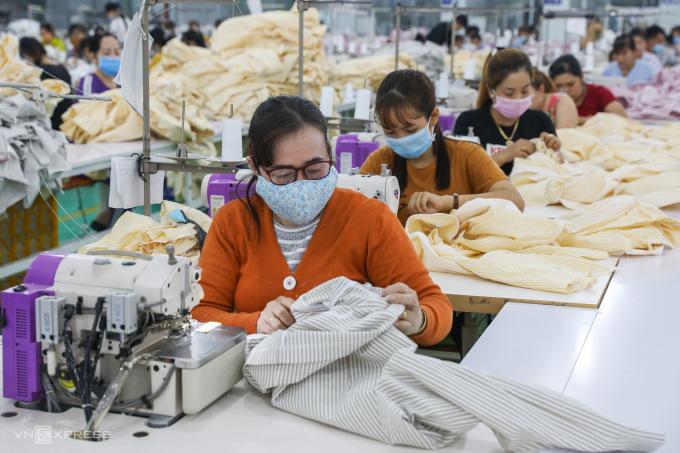 Công nhân làm việc trong một công ty may mặc ở Khu công nghiệp Tân Đô, Long An ngày 29/2/2020 Ảnh: Quỳnh Trần
