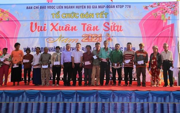 Thành Phương Real tặng quà cho người nghèo tại Bình Phước.