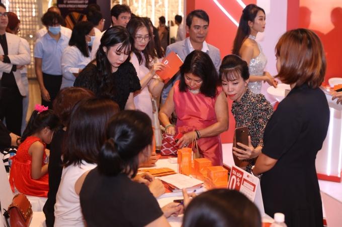 Các chị em thử nghiệm sản phẩm của thương hiệu tại sự kiện.