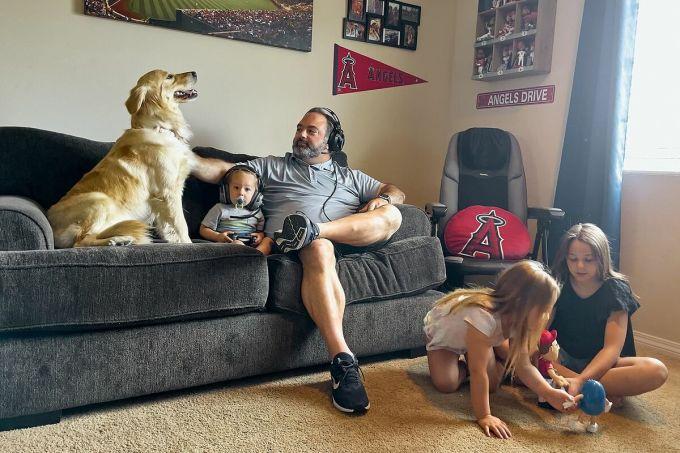 Norkin và ba con gái trong phòng khách gia đình. Ảnh: WSJ