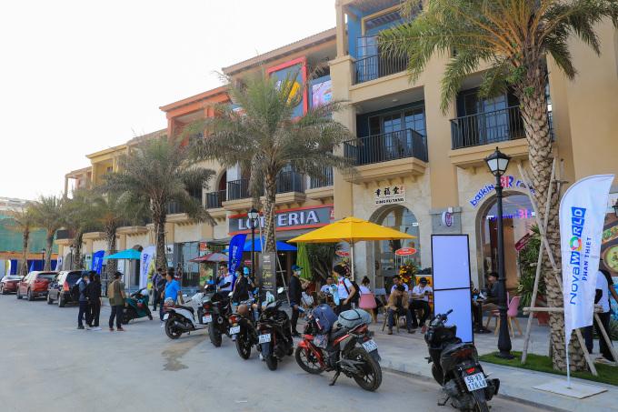 Nhiều khách hàng tham quan, mua sắm ở tuyến phố thương mại vừa ra mắt tại NovaWorld Phan Thiet vào tháng 4/2021. Ảnh: Quỳnh Trần.