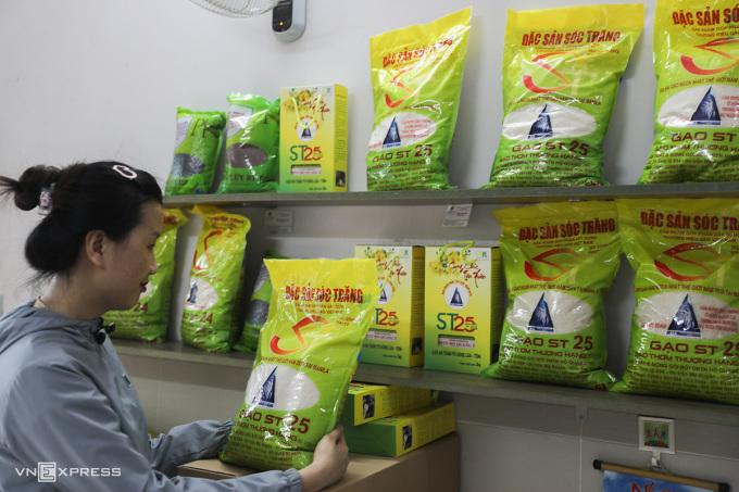 Gạo ST25 bày bán tại một đại lý trên đường 3/2, quận 10, TP HCM ngày 23/4. Ảnh: Quỳnh Trần.
