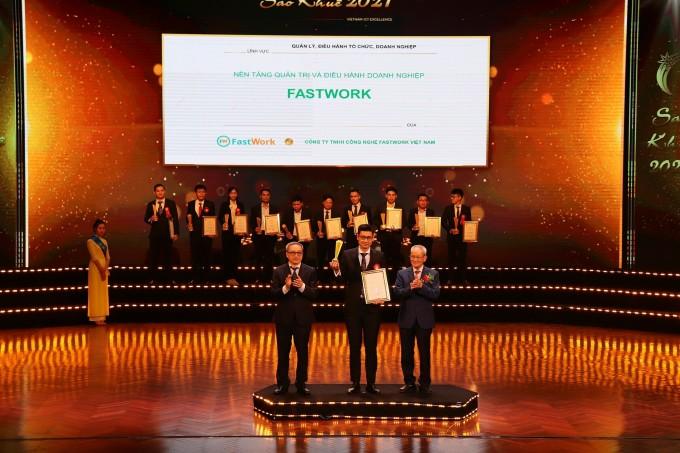 Đại diện của nền tảng FastWork nhận danh hiệu Sao Khuê 2021 do Ban tổ chức trao tặng.