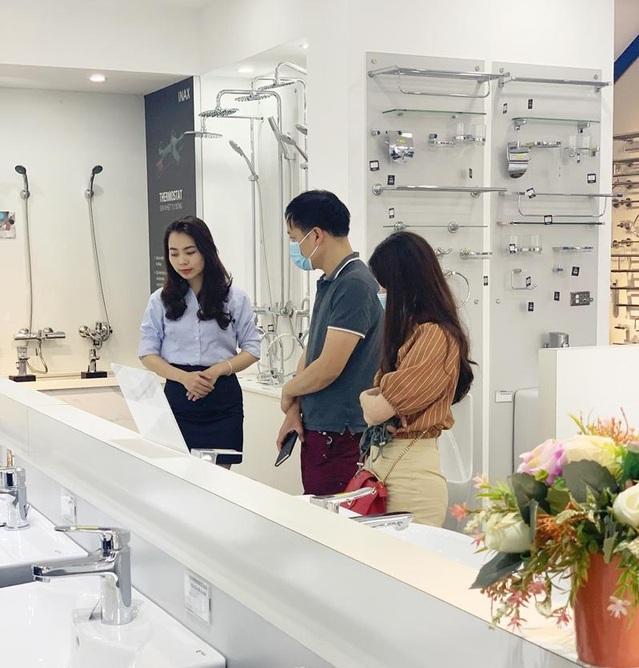 Nhân viên công ty Hải Linh tư vấn cho khách hàng.