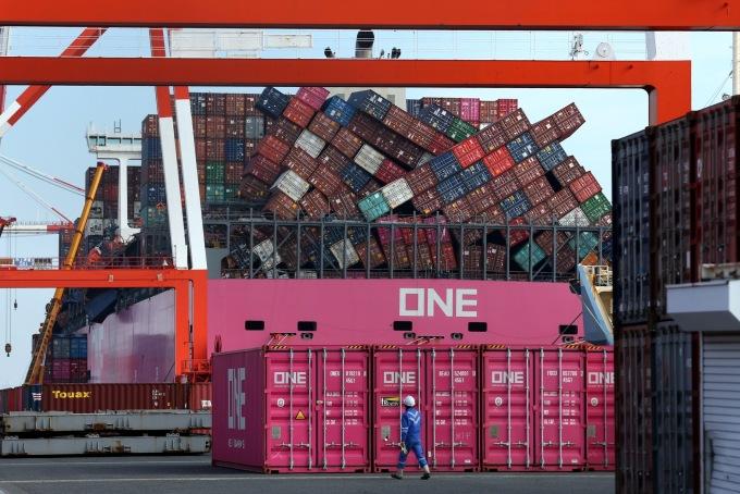 Tàu One Apus tại Cảng Kobe (Hyogo, Nhật Bản) tháng 12/2020. Ảnh: Bloomberg.