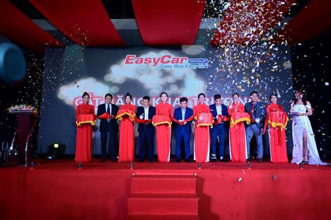 Đại diện của công ty cắt băng khai trương Hệ thống kinh doanh và sửa chữa xe qua sử dụng Easycar group.