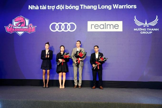 Đại diện đội bóng rổ Thang Long Warriors tặng hoa các nhà tài trợ realme Vietnam, Audi Vietnam và Tập đoàn Mường Thanh (từ trái qua phải)