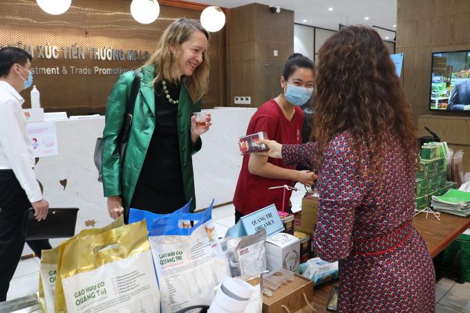 Bà Mary Tarnowka, Giám đốc điều hành AmCham tham quan một gian hàng trưng bày gạo tại Saigon Export Center sáng 28/4. Ảnh: ITPC.