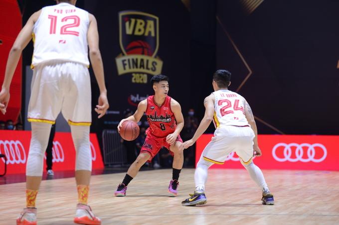 Cầu thủ Thang Long Warriors trên sân thi đấu tại mùa giải VBA 2020.