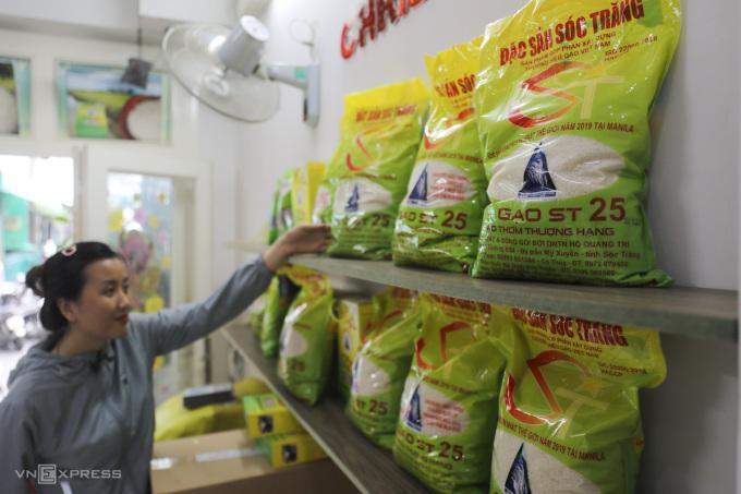 Gạo ST25 bày bán tại một đại lý trên đường 3/2, quận 10 ngày 23/4/2021. Ảnh: Quỳnh Trần.