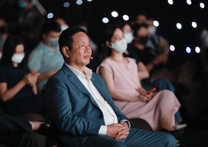 Chủ tịch FPT Trương Gia Bình theo dõi phần chia sẻ của ông Kim Hùng.