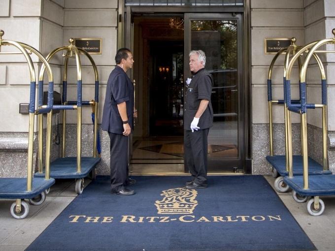 Bên ngoài khách sạn Ritz-Carlton. Ảnh: Reuters