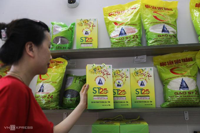 Gạo ST25 tại một đại lý trên đường 3/2, quận 10, TP HCM ngày 23/4. Ảnh: Quỳnh Trần.