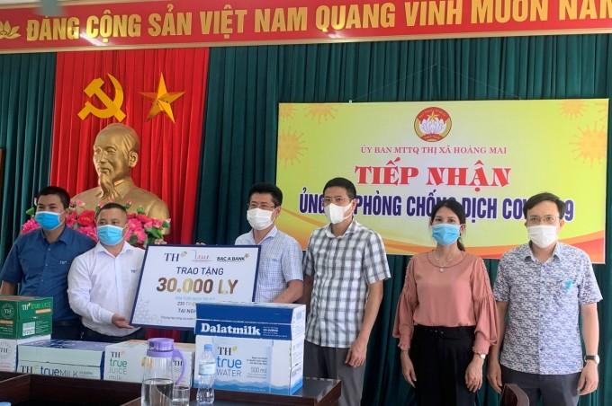 Đại diện Tập đoàn TH trao tặng sản phẩm TH cho thị xã Hoàng Mai (Nghệ An), nơi bắt đầu thực hiện giãn cách xã hội từ ngày 7/5. Ảnh: Tập đoàn TH.