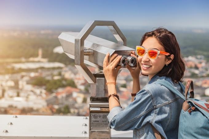 Ngắm thành phố từ trên cao thông qua những lăng kính viễn vọng cũng là một trải nghiệm thú vị tại D-Homme. Ảnh: DHA Corp.