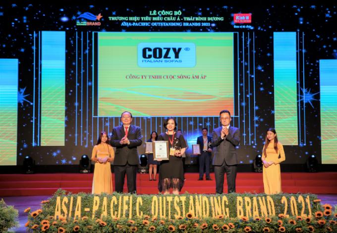 Đại diện Cozy nhận kỹ niệm chương từ giải thưởng.