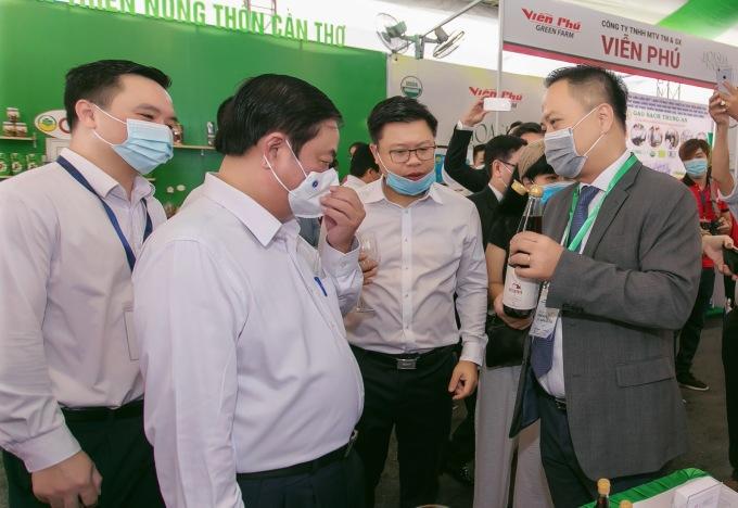 Anh Lê Bá Linh (phải) giới thiệu nước mắm Mami cho đoàn công tác Bộ Nông Nghiệp và Phát triển Nông thôn tại Hội nghị toàn quốc về thúc đẩy công tác chế biến và phát triển thị trường nông sản năm 2021. Ảnh: Tây Việt.