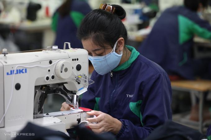 Công nhân sản xuất tại nhà máy của Công ty TNG (Thái Nguyên). Ảnh: Ngọc Thành