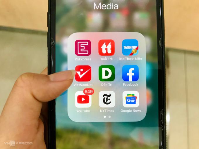 Hầu hết báo chí tại Việt Nam là miễn phí nhưng lại đang chịu sự cạnh tranh gay gắt với các nền tảng mạng xã hội khác như Youtube, Google. Ảnh: Quỳnh Trang.