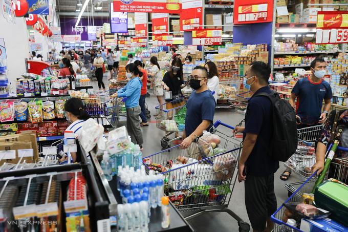 Người dân đổ xô đi mua hàng chiều 30/5 tại Mega Market Thủ Đức. Ảnh: Quỳnh Trần.