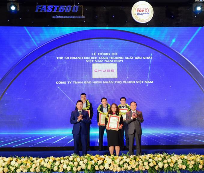 Đại diện Chubb Life Việt Nam nhận giải thưởng Top 50 Doanh nghiệp tăng trưởng xuất sắc nhất Việt Nam năm 2021. Ảnh: Chubb Life Việt Nam