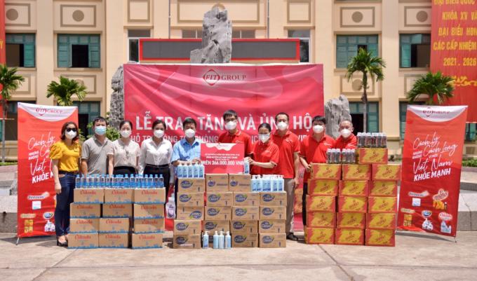 Đại diện UBND huyện Lục Nam tiếp nhận vật phẩm hỗ trợ từ FIT Group.