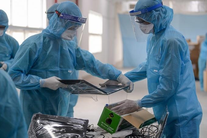 Lấy mẫu xét nghiệm công nhân khu công nghiệp Bắc Giang. Ảnh: Giang Huy.
