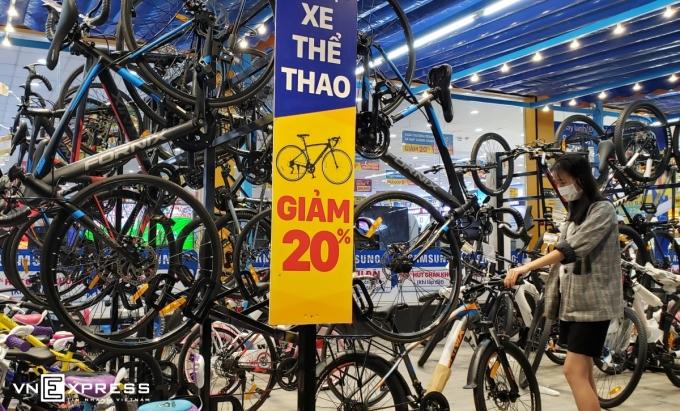 Khách hàng chọn xe đạp tại cửa hàng Điện Máy Xanh tại TP Thủ Đức. Ảnh: Phương Đông.