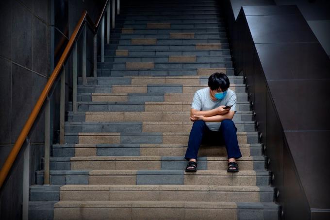 Một người dùng đang lướt điện thoại tại Bắc Kinh. Ảnh: AP.
