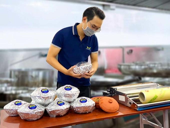 Hải sản Hoàng Gia đóng gói cá kho để giao cho khách. Ảnh: Linh Đan.