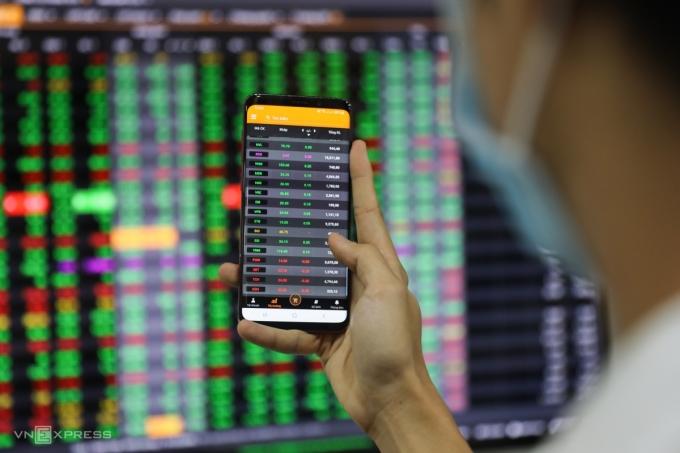 Nhà đầu tư giao dịch trực tuyến tại sàn một công ty chứng khoán trên đường Pasteur, quận 1, TP HCM, đầu năm 2020. Ảnh: Quỳnh Trần.