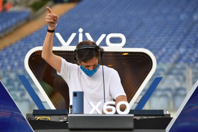 DJ chơi nhạc khuấy động không khí buổi lễ khai mạc.