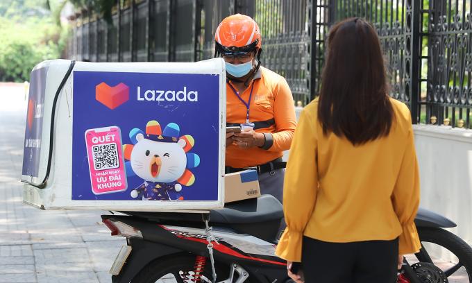 Lazada giữ an toàn cho người mua và nhân viên bằng nhiều hình thức như đảm bảo khoảng cách tối thiểu 2 m giữa khách và người giao hàng.