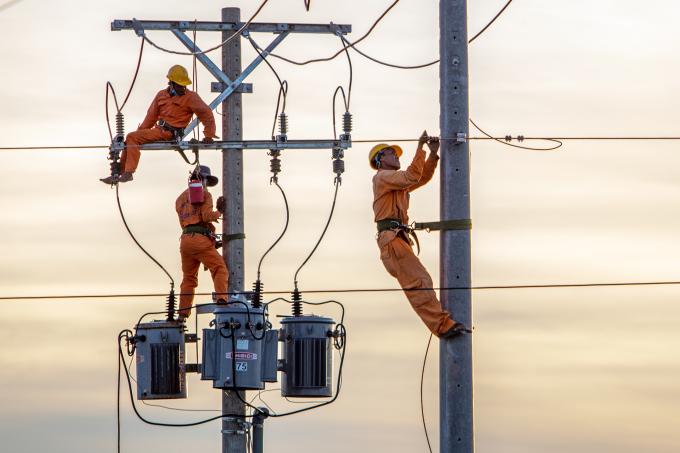 Nhân viên điện lực bảo trì lưới điện quốc gia tại xã Long Điền, huyện Đông Hải, tỉnh Bạc Liêu, ngày 9/5/2020. Ảnh: Nguyệt Nhi.