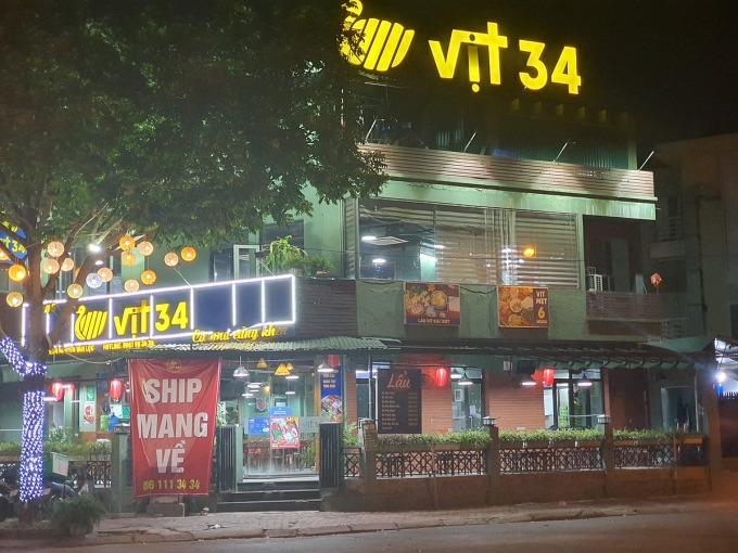 Bên ngoài một nhà hàng tại quận Hà Đông tối 21/6. Ảnh: Đức Minh.