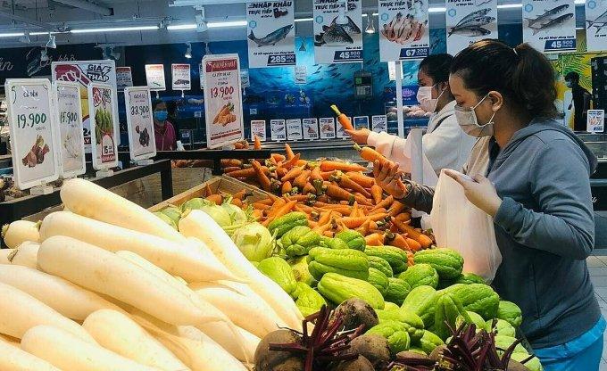 Khách mua hàng tại đại siêu thị Go! quận 7 (TP HCM). Ảnh: Linh Đan.