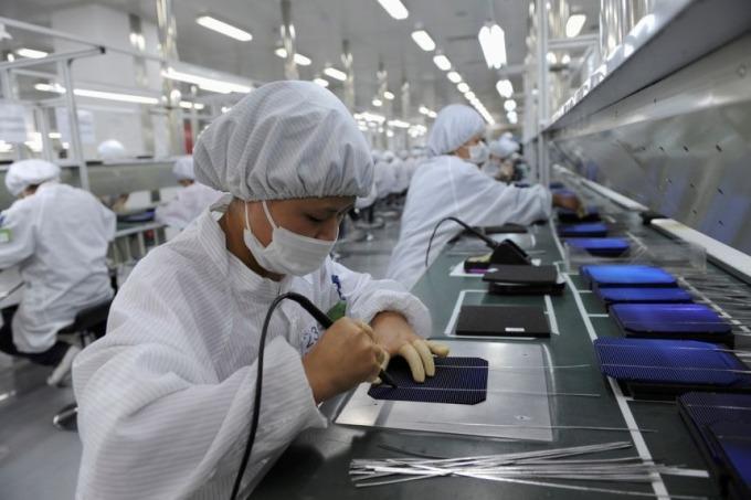 Sản xuất bên trong một nhà máy của Trung Quốc vào tháng 6/2021. Ảnh: Reuters.