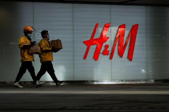 Bên ngoài một cửa hàng H&M ở Bắc Kinh hôm 28/3. Ảnh: Reuters.