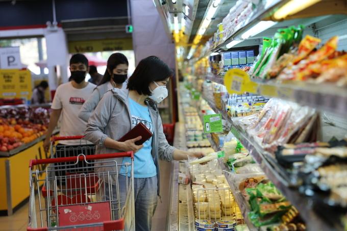 Khách hàng mua sắm tại một siêu thị thuộc hệ thống Vinmart ở TP HCM. Ảnh: Hồng Châu