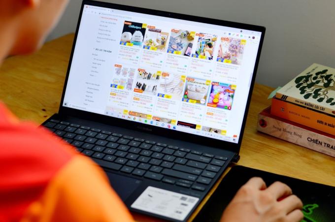Nhiều chủ shop online cho biết thương mại điện tử giúp họ tăng trưởng doanh thu, kiếm thêm thu nhập trong những ngày giãn cách xã hội. Ảnh: Shopee.